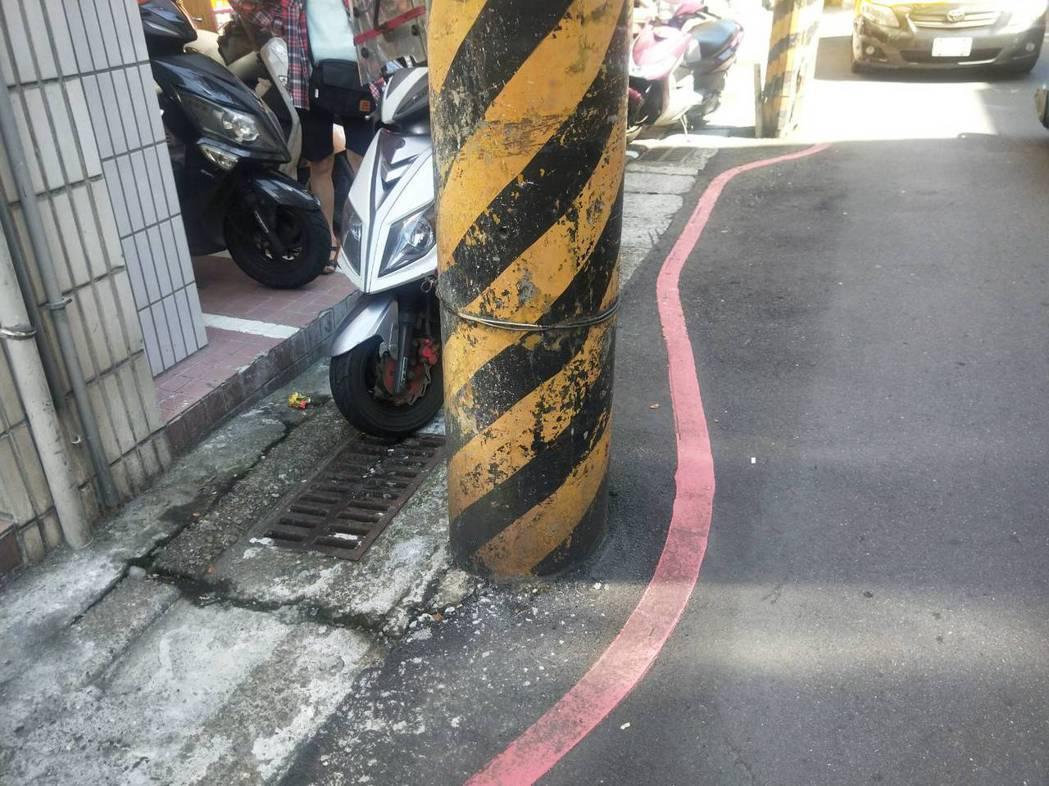 波浪紅線空間大停機車惹議,警方表示,紅線道路範圍都算違規。記者游明煌/攝影