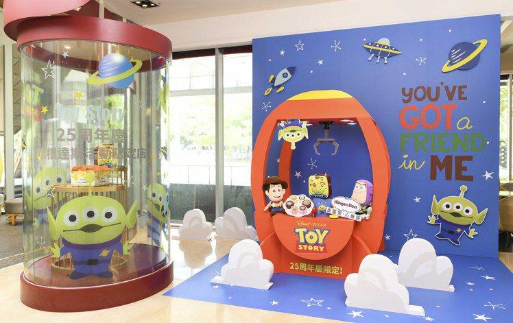 美麗華旗艦店限時化身成為玩具總動員造型的「童心太空站」。圖/Häagen-Daz...