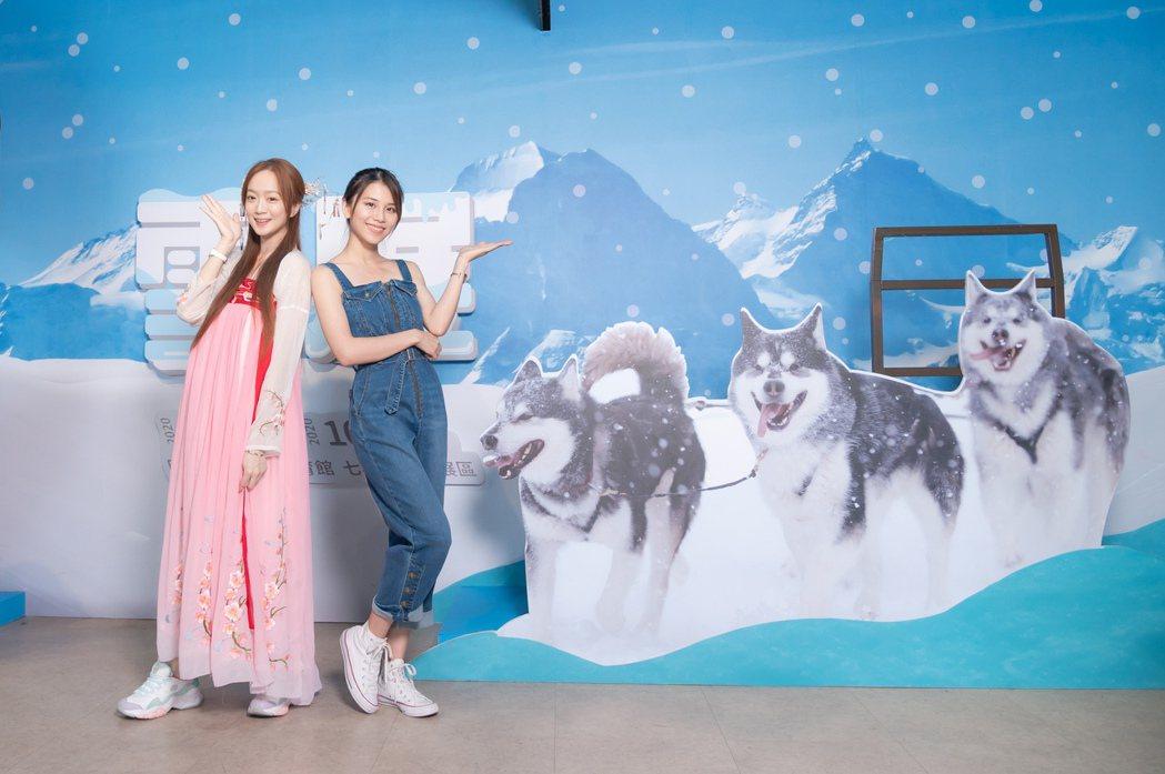 王馨平(右)、程依禾一起參觀雪展。圖/寬宏藝術提供