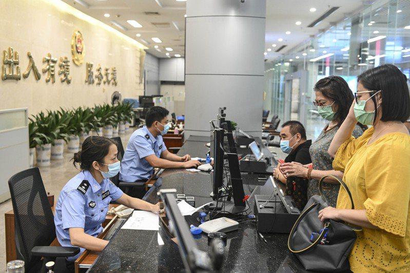 廣東珠海市出入境管理部門恢復辦理珠海市居民(含居住證持有人)赴澳門旅遊簽註。(中新社)
