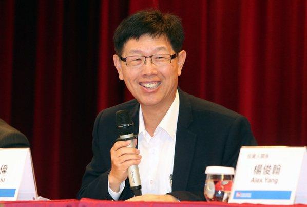 鴻海昨公布上季獲利亮眼,董事長劉揚偉表示,在產品組合持續優化下,毛利率明年衝刺7...