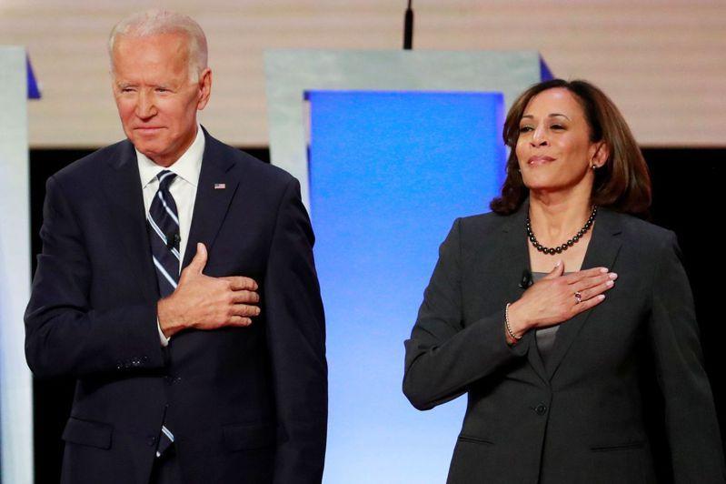 美國民主黨總統參選人拜登宣布,已挑選加州參議員賀錦麗(右)為競選搭檔。路透