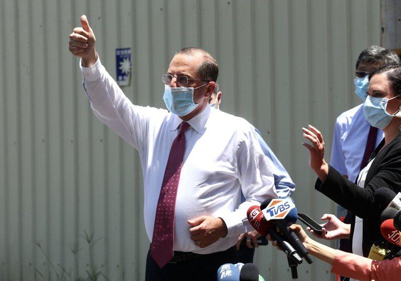 美國衛生部長阿查爾(左)昨參觀口罩工廠,對鏡頭比出讚的手勢。記者林俊良/攝影