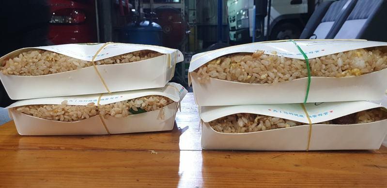 網友PO出4盒滿滿的炒飯,只見圖中的飯量用已經讓蓋子蓋不上了。 圖/取自●【爆廢公社二館】●