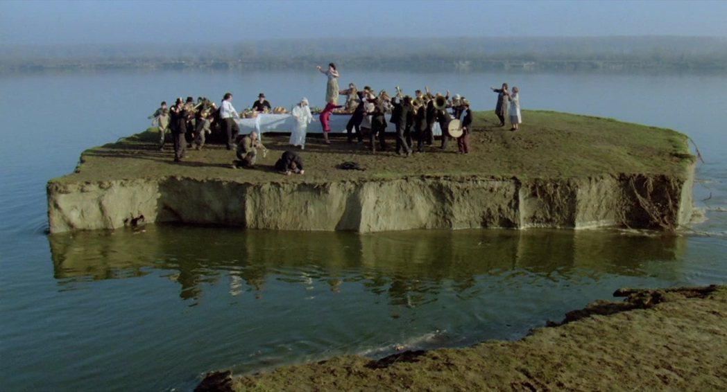 本片最後一幕,早已逝世的賓客們再度跳著舞,土地緩緩地與陸塊分離。 圖/摘自IMD...