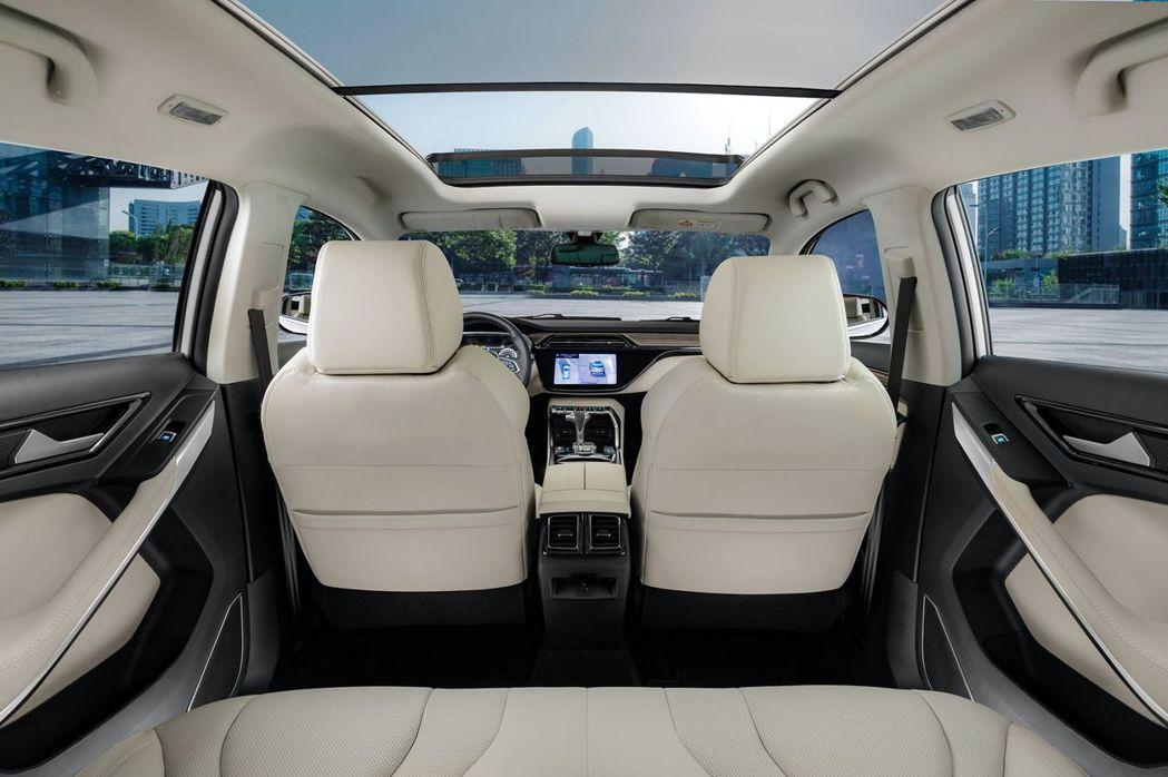 配備電動全景天窗讓後座乘客視野更開闊。 摘自Ford