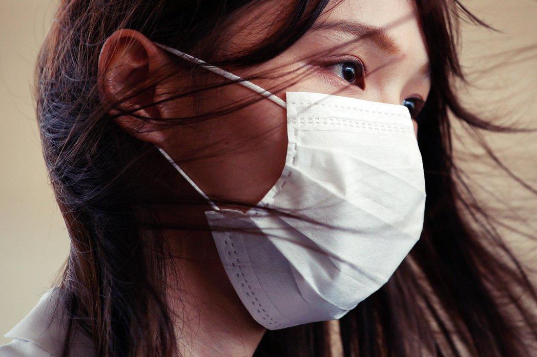 香港警方大動作搜捕黎智英、搜索香港《蘋果日報》總部,引發全球關注。但唯獨在日本,...