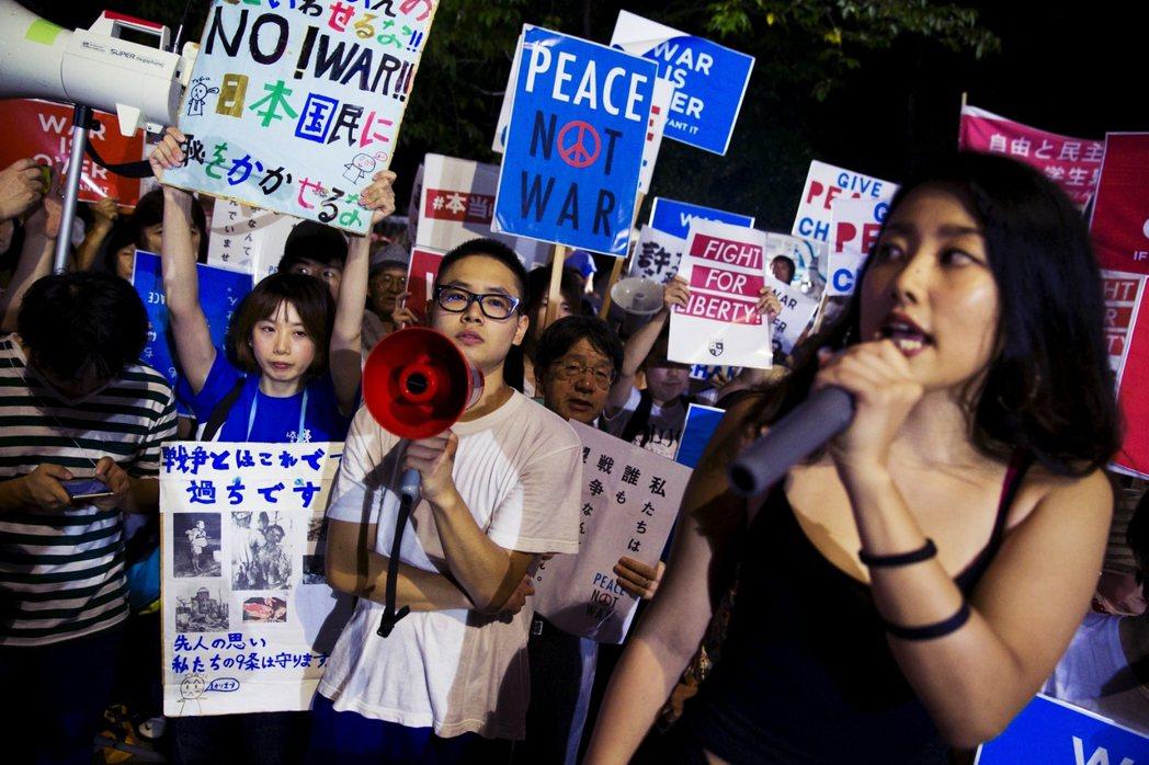 日本學運團體 SEALDs「網路公告,每週一次,自由來去,下週再見」的抗爭,大幅...