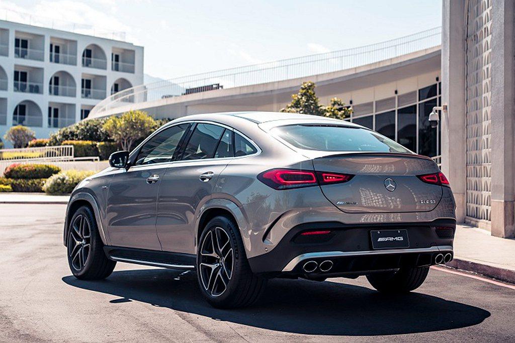 賓士GLE Coupe的跑車化斜背線條、車尾隱形摺線和凹槽的設計,搭配兩側略顯肌...