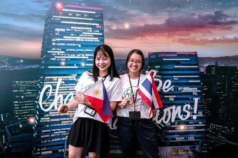 中金院外籍生May (右) and Lisa參加了中國信託首屆「iSEA」東南亞僑外生招募計畫。 圖/中信金融管理學院 提供