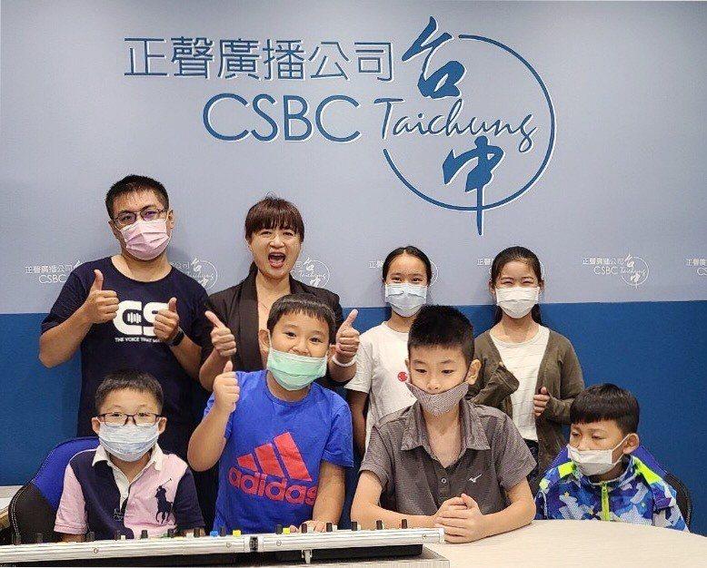 行政院中辦執行長蔡培慧(後排左二)與學童體驗廣播錄音。