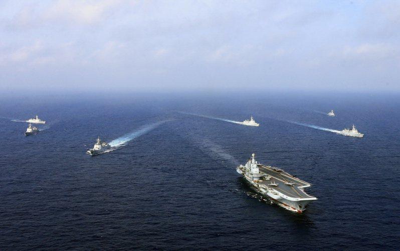 圖為共軍遼寧號航母編隊早前在東海展開對空、對潛作戰等科目訓練。中新社