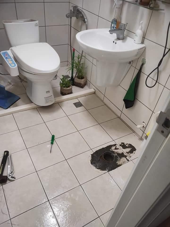 樓上套房的租客常常在馬桶丟紙巾或菜渣,導致低樓層的馬桶都會塞住,嚴重到會浮出一些排泄物、紙巾和菜渣。 圖截自爆怨公社