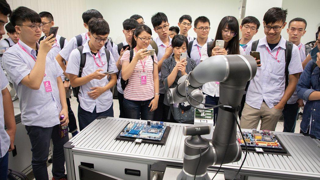 達明機器人南部訓練教室,專門服務南部科學園區的半導體、面板產業等,也提供來自中部...