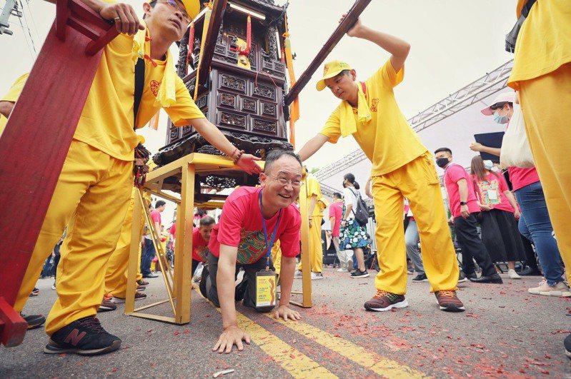 日本台灣交流協會台北事務所首席副代表星野光明,體驗台灣宗教的鑽轎文化。圖/桃園市政府秘書處提供