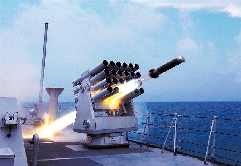 共軍宣布在台灣海峽軍演,圖為共軍驅逐艦演練發射干擾彈抵抗來襲飛彈。(中國軍網)