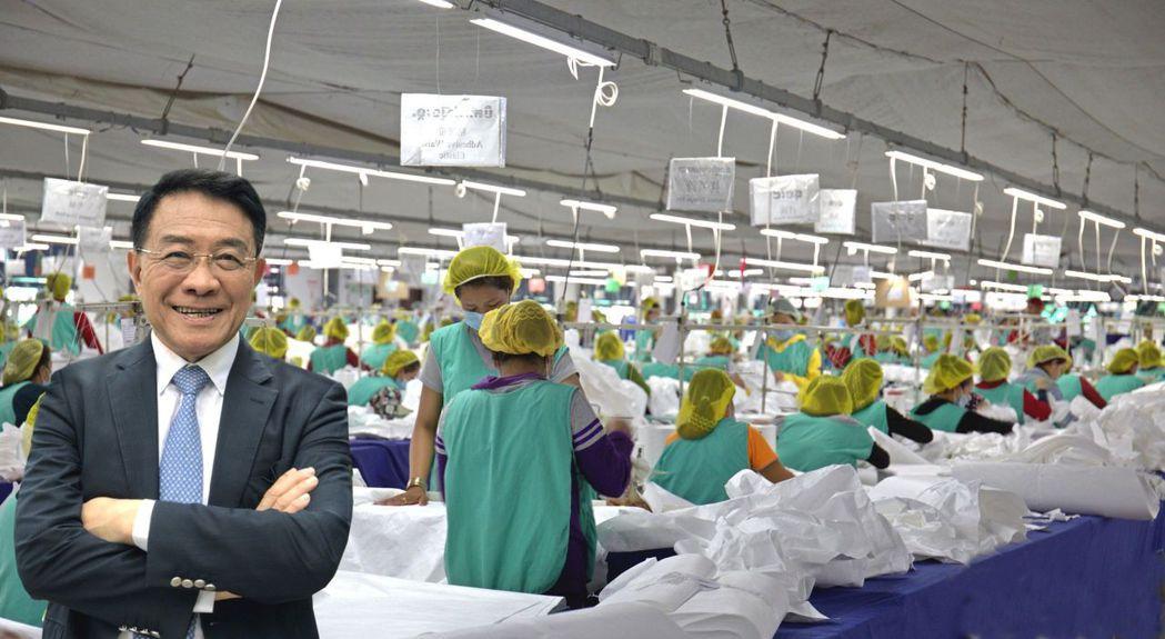 美德醫療集團總裁楊克誠在柬埔寨防護衣工廠留意,在他帶領下,美德醫Q2大賺1.28...
