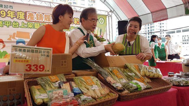 農糧署署長胡忠一(中)開箱並介紹產銷履歷蔬菜箱。 中衛/提供