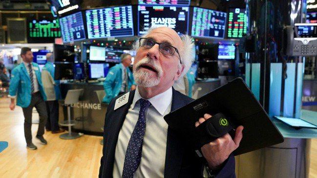 美股漲翻天,美國經濟卻深陷泥淖。 路透社