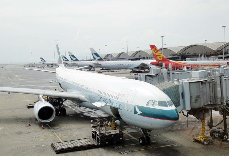 近日網上盛傳國泰將於明天(5日)宣布裁員計畫,涉及700名機師、400名國泰城員工、1500名空服員。 香港中國通訊社