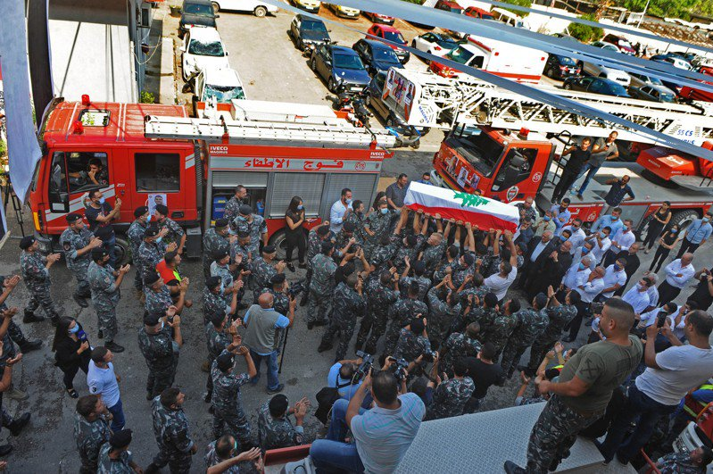 黎巴嫩衛生部11日公佈的最新數字顯示,爆炸造成的死亡人數升至171人,6000多人受傷,另有三四十人仍下落不明。爆炸還造成約30萬民眾無家可歸。 新華社