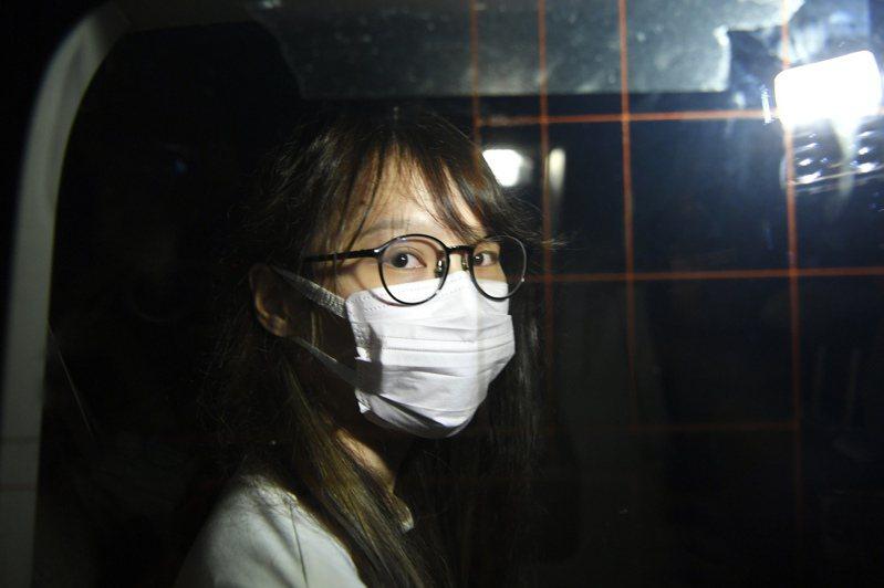 前香港眾志成員周庭日前涉嫌違反「港區國安法」被捕。圖為周庭被押上警車。 香港中國通訊社