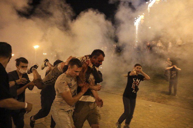 白俄羅斯總統大選結果遭控舞弊,大批民眾質疑作票上街抗爭,遭官方武力鎮壓。 (美聯社)