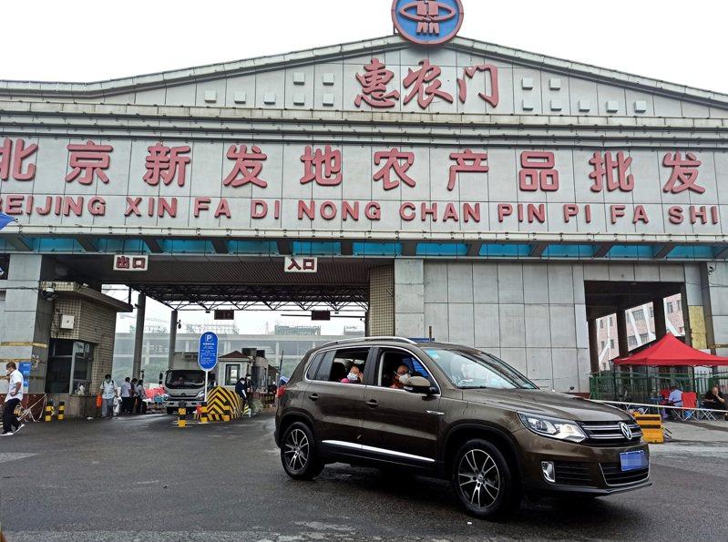 北京新發地市場6月時曾爆發新冠肺炎疫情,在市場封閉63天後,今天正式復市對外開放,但全面取消零售,回歸市場的批發屬性,並採實名制入場交易。 中國新聞社