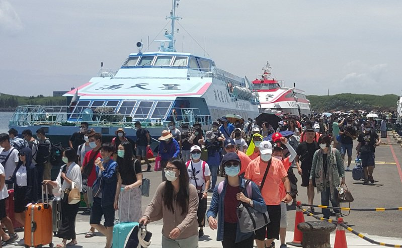 澎湖縣政府旅遊處13日表示,7月澎湖旅遊人次達29萬,遠勝去年同期的18萬2860人次。圖為109年8月1日澎湖港口碼頭遊客人潮。中央社