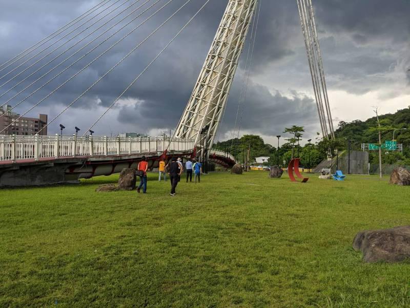 新北市議員廖先翔針對星光橋旁的草地空間,就希望能夠規劃為汐止區首座寵物公園。 圖/觀天下有線電視提供