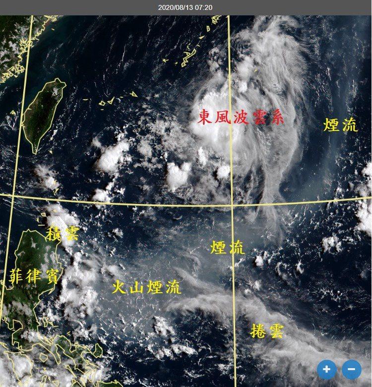 太平洋高壓往南延伸,火山煙流吹往菲律賓呂宋島。圖/取自鄭明典臉書