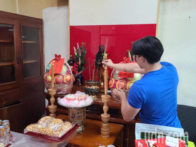 民間習俗今天是關聖帝君生日,台南市警二分局偵查隊員上香祈求辦案順利。記者黃宣翰/攝影