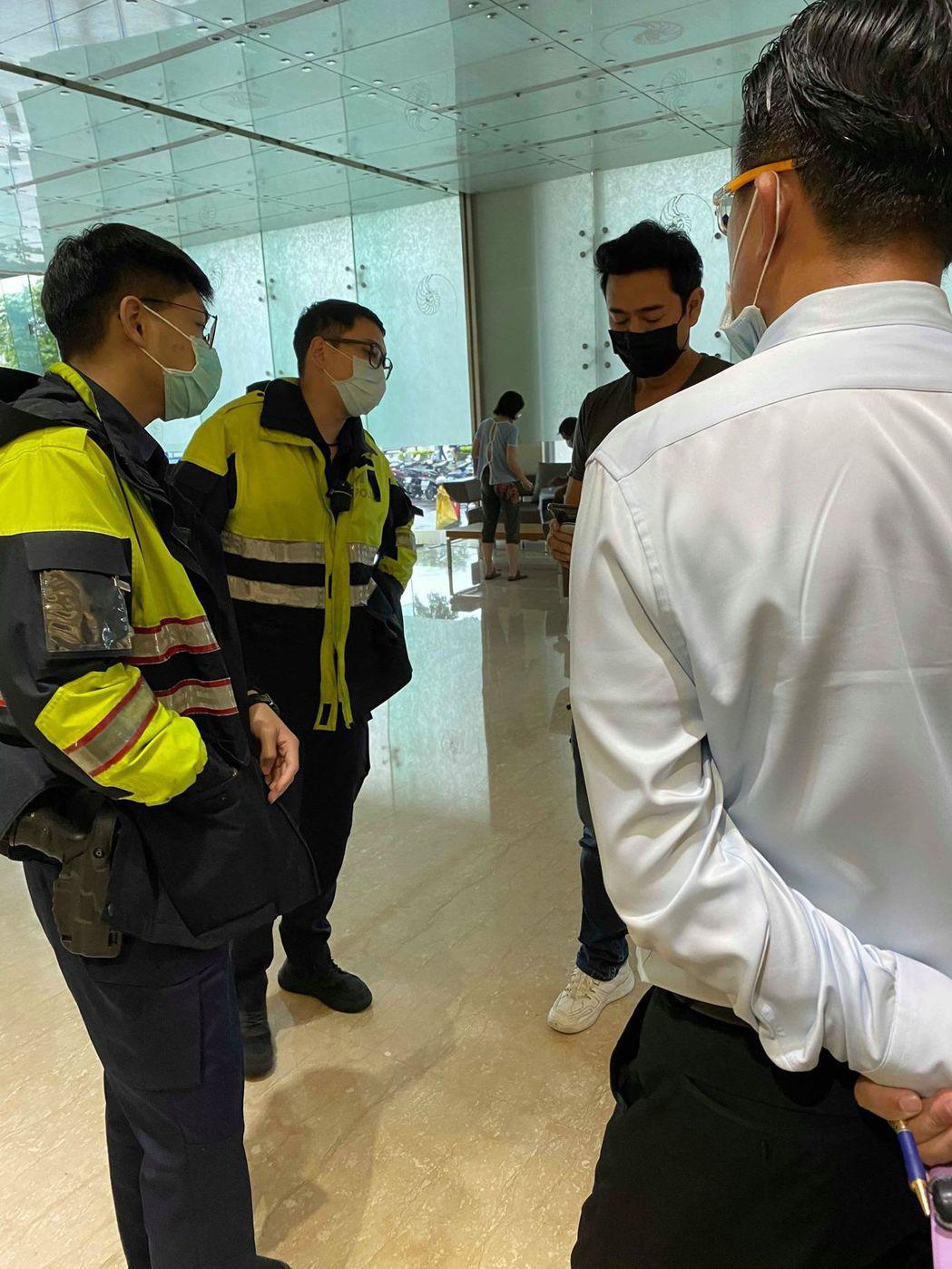 陳俊生(右二)遭大樓主委推傷請來警方處理。圖/讀者提供