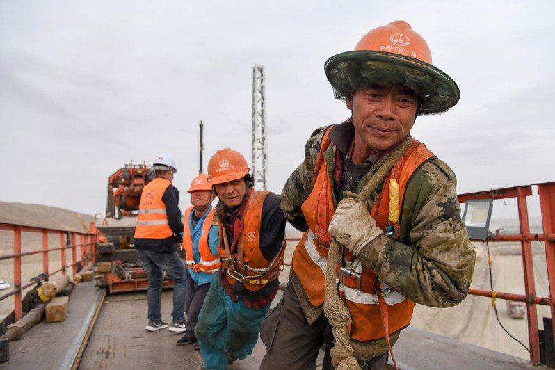 圖為大陸國家重點工程—青海格爾木至新疆庫爾勒的「格庫鐵路」新疆段,目前正在積極趕工興建中。格庫鐵路新疆段長約708公里,是新疆的第三條出疆通道。新華社