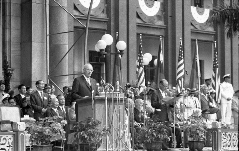 日本國會當年在巨大社會壓力下通過安保條約,與美國總統艾森豪(如圖)透過中情局幕後操縱日本議員不無關係。圖/聯合報系資料照片