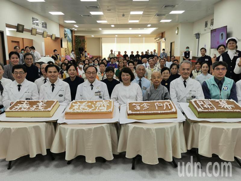 嘉義市長黃敏惠,大林慈濟醫院院長賴寧生等人,今天到慈濟診所慶祝開幕營運。記者卜敏正/攝影