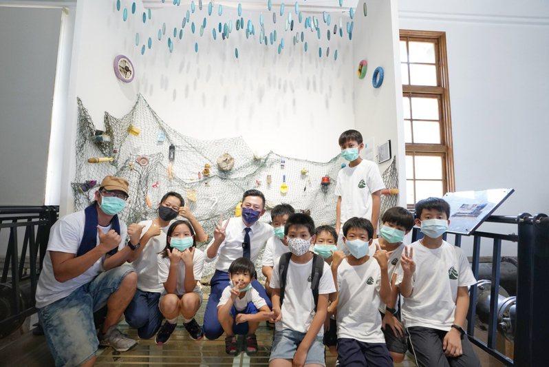 新竹市府文化局即日起推出「細水逐流-水資源環境教育展」,市長林智堅今與孩童們一起入館參觀體驗。圖/新竹市政府提供