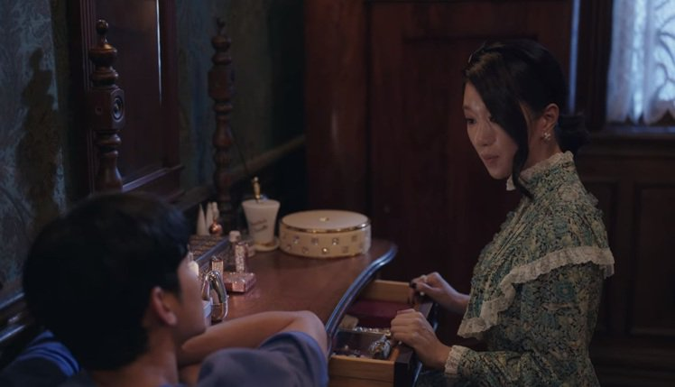 徐睿知在最後一集的《雖然是精神病但沒關係》中穿GUCCI綠色碎花蕾絲高領洋裝。圖...