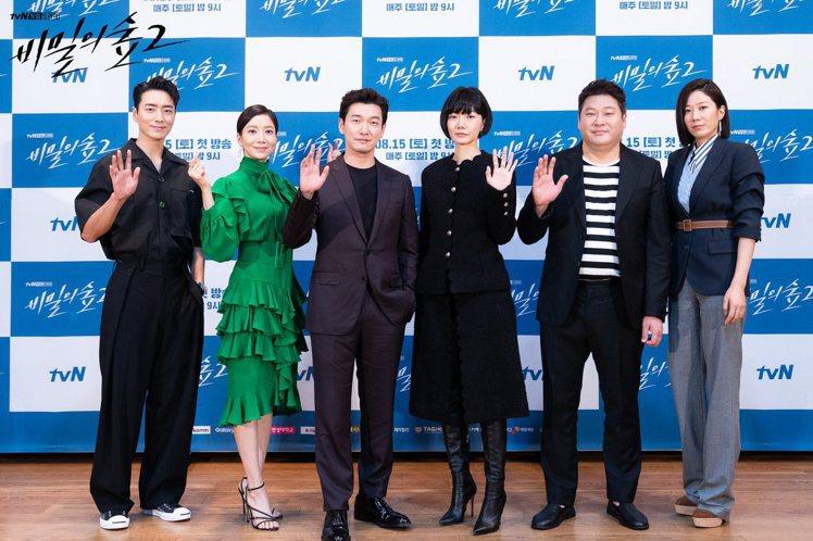 裴斗娜(右3)在《秘密森林2》記者會上穿了香奈兒秋冬系列的大衣,花瓣狀的收邊浪漫...