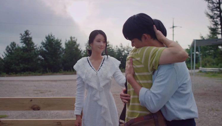 徐睿知在最後一集的《雖然是精神病但沒關係》中穿香奈兒春夏的白色斜紋軟呢長袖洋裝。...