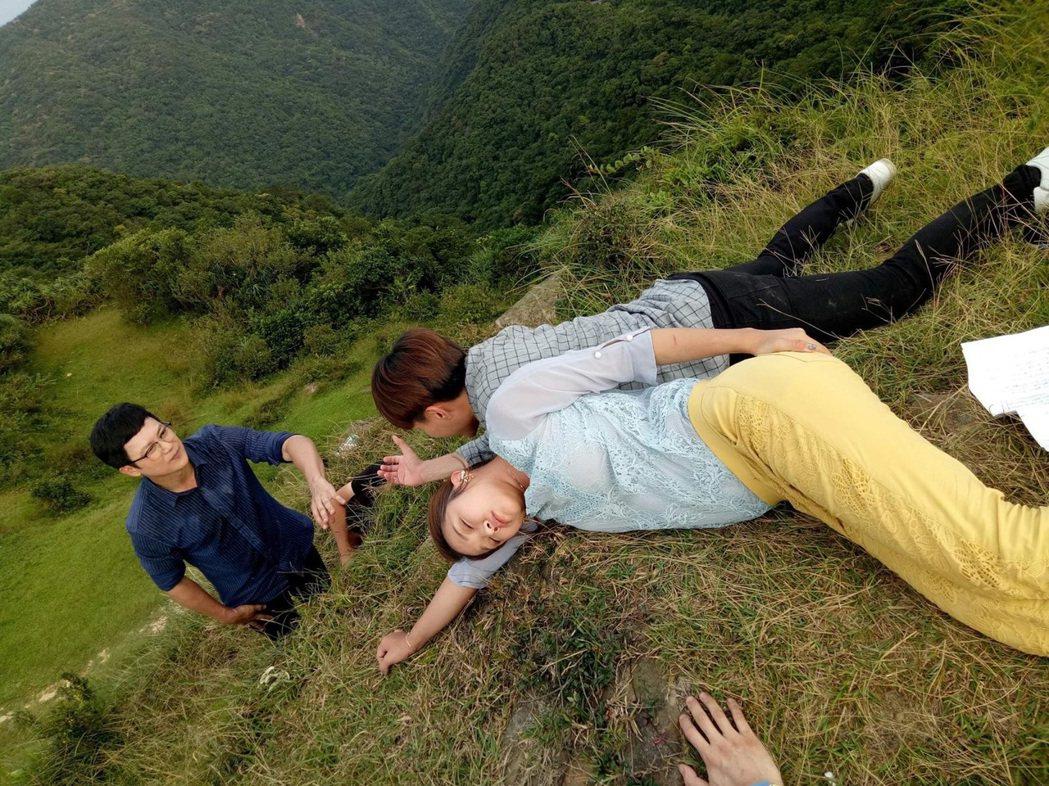 「多情城市」王燦(左起)、許仁杰、賴慧如拍攝懸岩戲。圖/民視提供