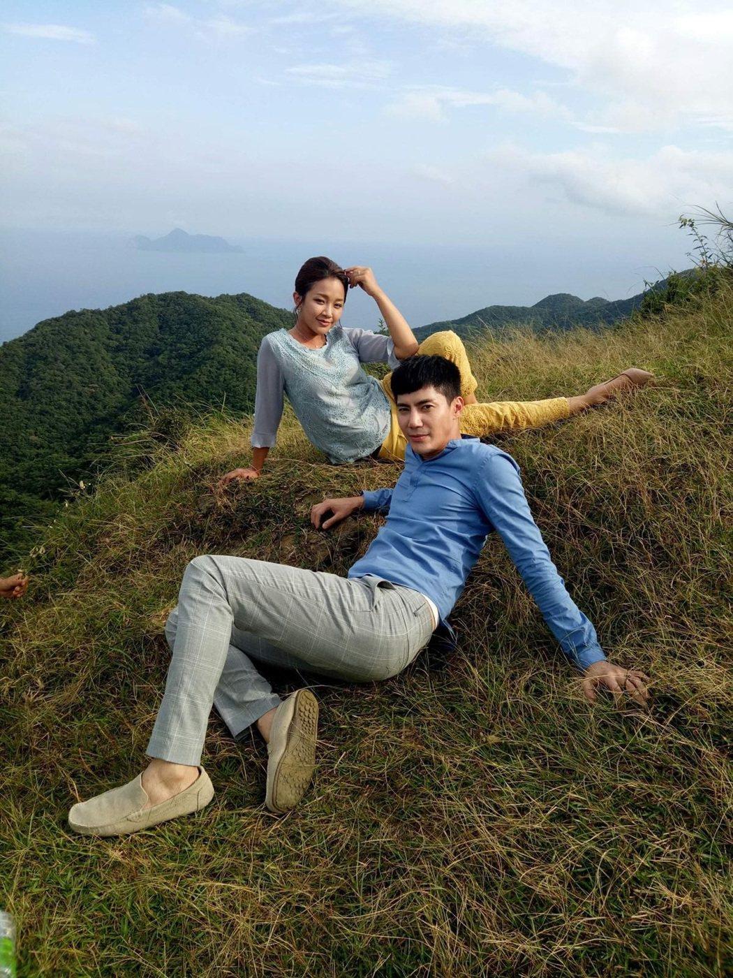 賴慧如(左)、王凱為了克服懼高症,只好不斷地拍美照轉移注意力。圖/民視提供