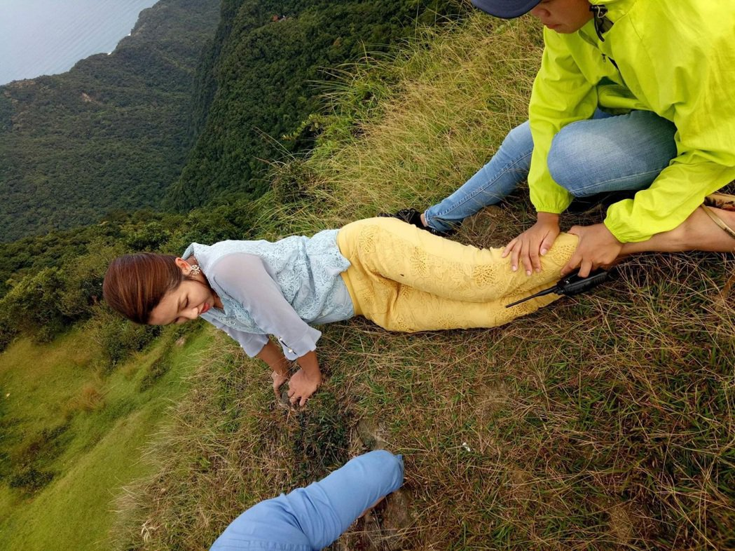 賴慧如因懼高,趴在陡峭山坡,不自覺地流淚狂發抖,直呼錢太難賺了。圖/民視提供