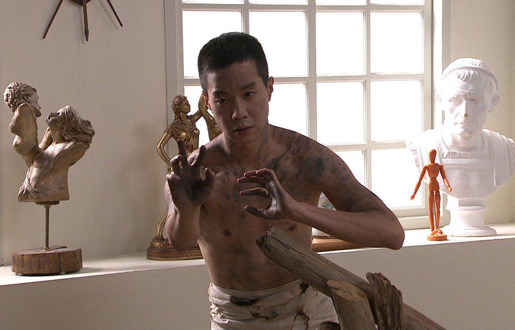 薛仕凌劇中脫光光當人體模特兒。圖/台視提供