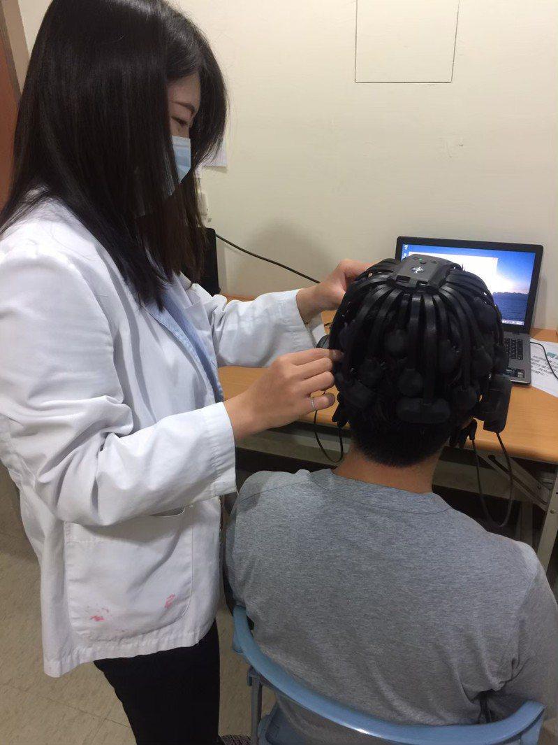 患者戴上多頻道腦波帽,檢查腦內神經細胞活動時所產生的電氣,可評估阿茲海默症。圖/大同醫院提供