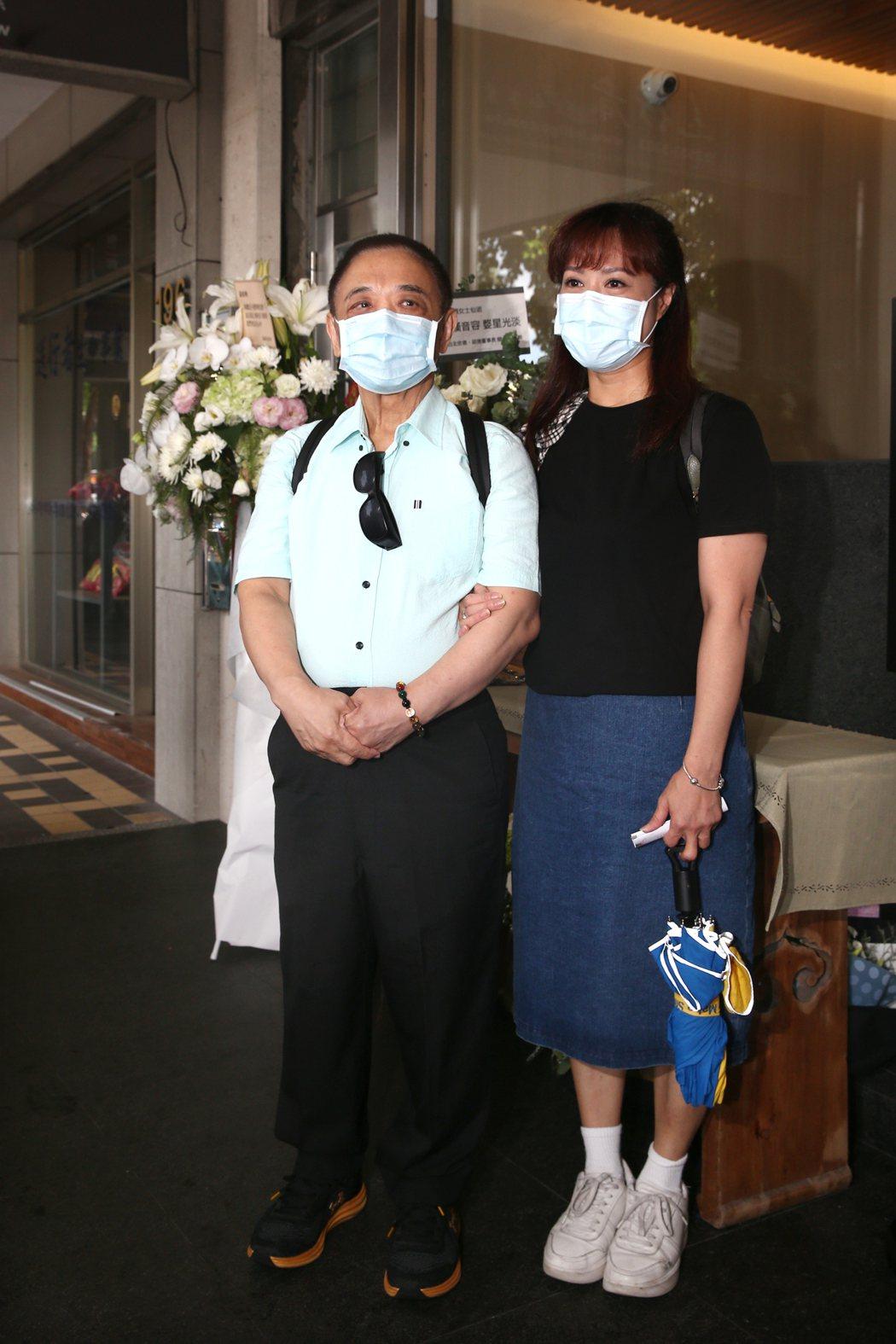 小亮哥夫婦到靈堂前致意。記者蘇健忠/攝影