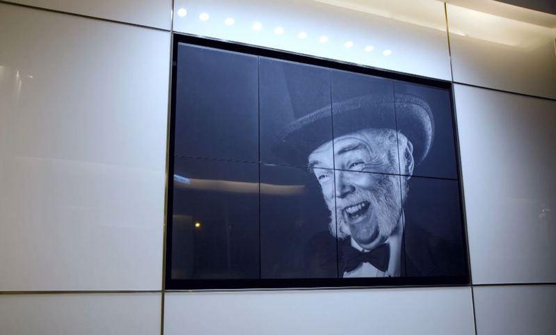 122吋電子紙看板牆由8片42吋電子紙拼接,適合於大型廣告看板、教育與公共顯示等領域應用。圖/元太提供