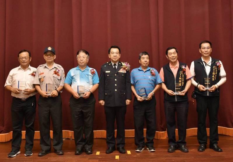 台中市社區治安研習觀摩今天在大雅舉辦,警局長楊源明(右四)代表頒獎。圖/警方提供