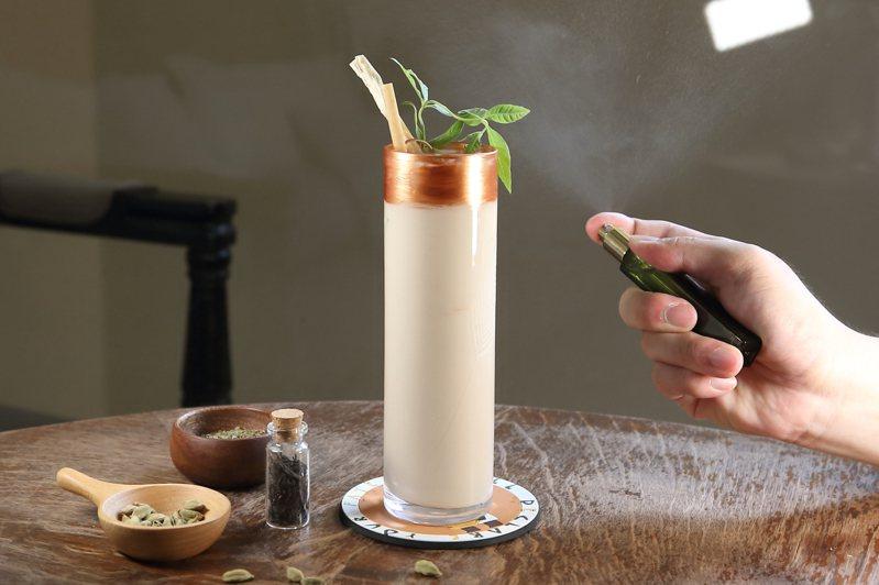飲用前於杯外噴灑上食用柑橘香水的「埃及-無盡的愛」,每杯250元。記者陳睿中/攝影