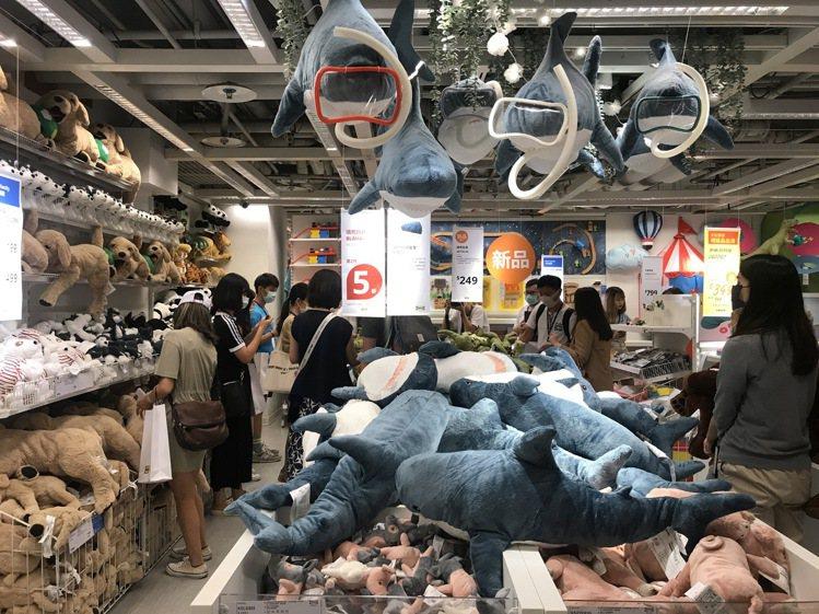 同筆消費購買兩隻人氣BLAHAJ鯊魚填充玩具,享第二件5折優惠。記者江佩君/攝影